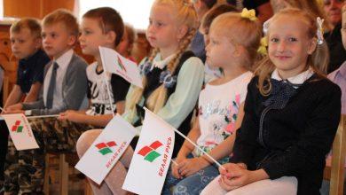 Дети с флагами Белой Руси