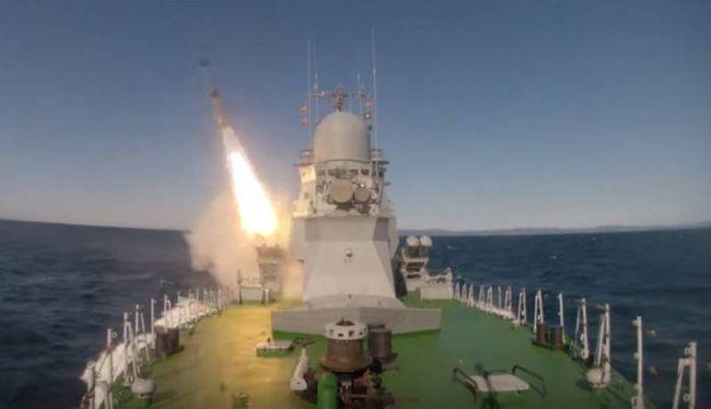 Малый ракетный корабль производит запуск ракет