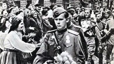 Старое фото жители Эстонии приветствуют солдат освободителей из Красной армии