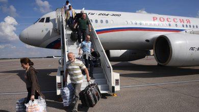 россияне выходят из самолета