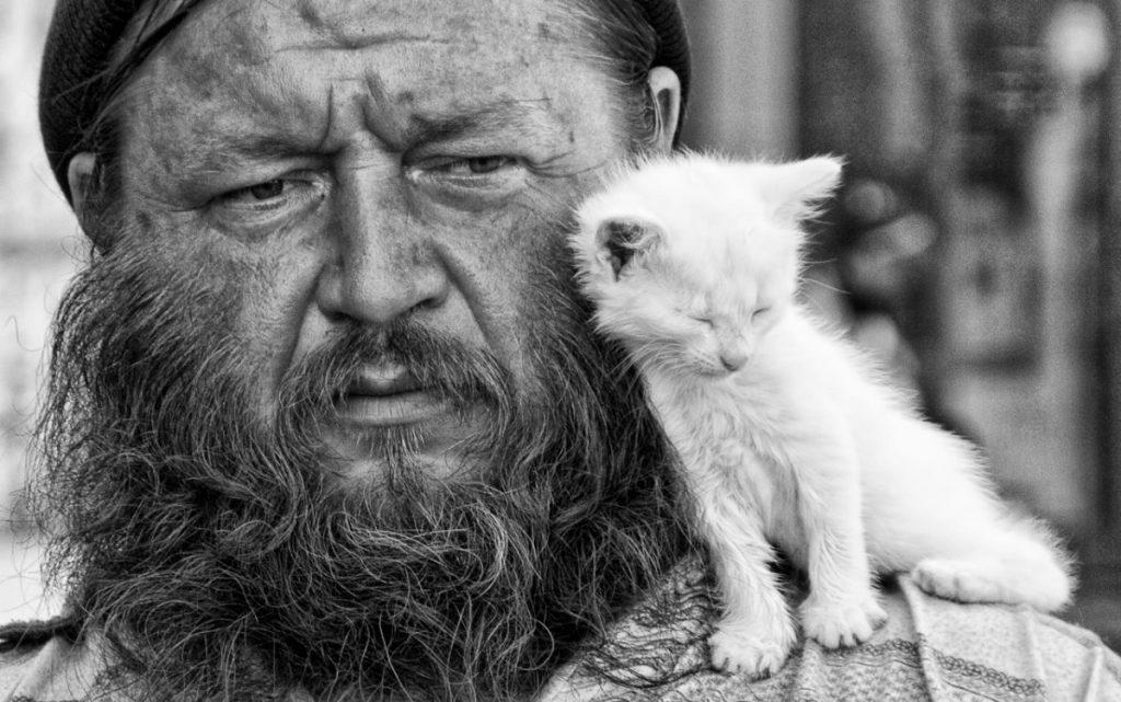 Мужчина с котёнком