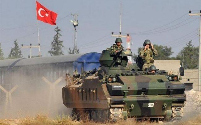 Боевая машина турецкой армии с флагом Турции