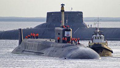 Подводный крейсер стратегического назначения Юрий Долгорукий на фоне огромной субмарины России