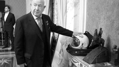 Алексей Леоновполложил руку на свой шлем космонавта