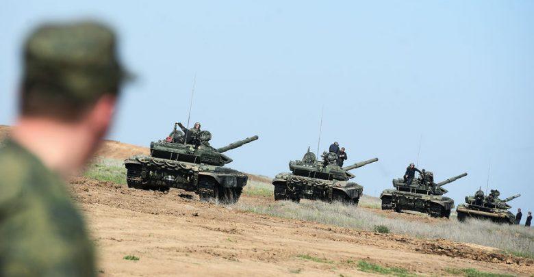 Танковая бригада передвигается по дороге