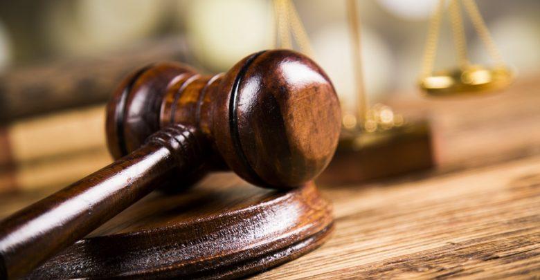 суд, молоток и весы