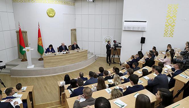 Глава государства Александр Лукашенко 18 октября посетил Академию управления при Президенте Беларуси