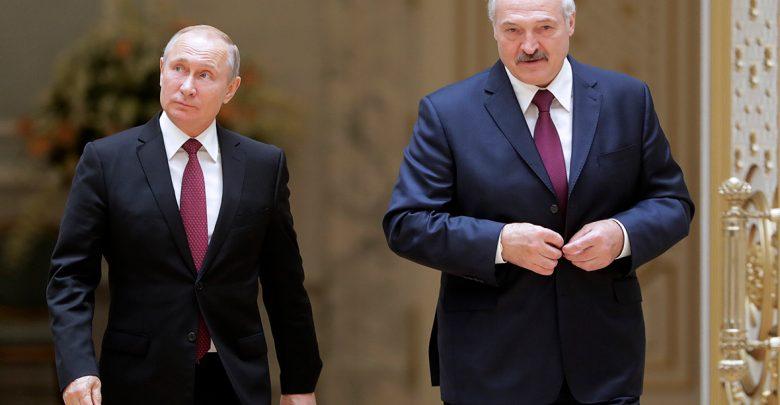 Лукашенко и путин идут в кулуарах на переговоры