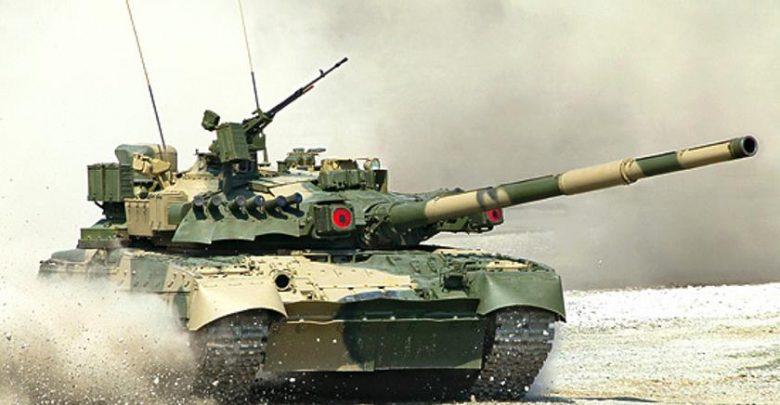 Танк Т-80 едет по полигону