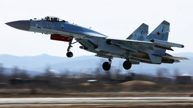 Взлетающий самолёт Су-35