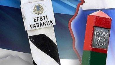 Пограничные столбы России и Эстонии на фоне государственны флагов