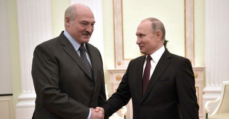 Путин и Лукашенко жмут друг другу руки