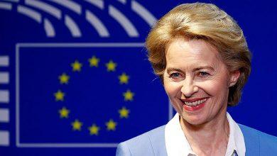Урсула фон дер Ляйен на фоне флага ЕС