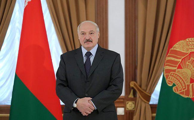 Президент Лукашенко на фоне государственного флага