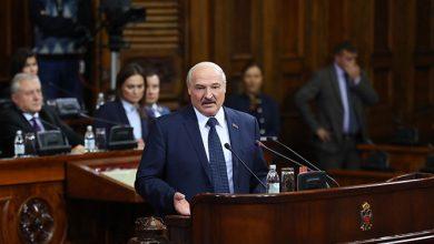 Лукашенко выступает за трибуной