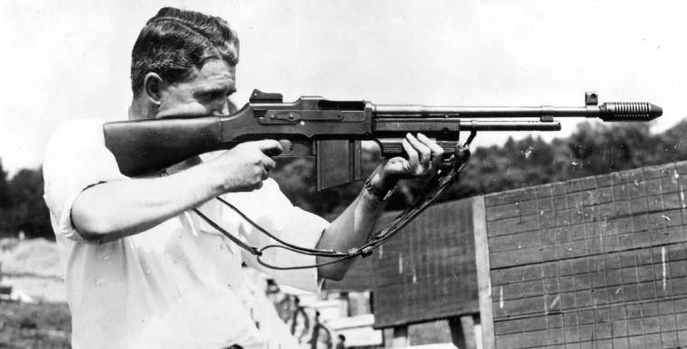 Человек стреляет из ружья