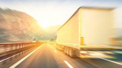 грузовики на дороге
