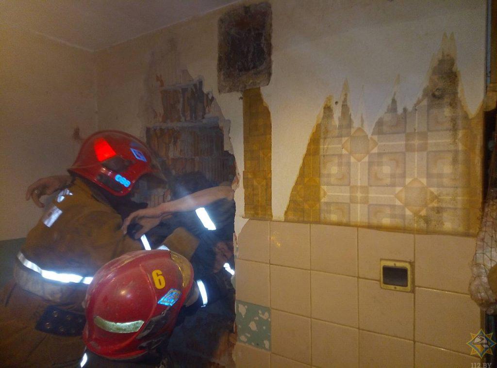 Спасение застрявшего в вентиляционной шахте мужчины. Фото МЧС Беларуси