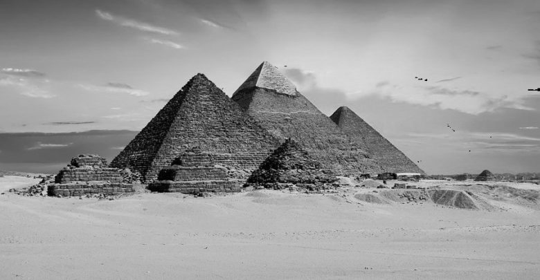 Египетские пирамиды в монохромном изображении