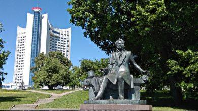 Памятник пушкину у гостиницы Беларусь