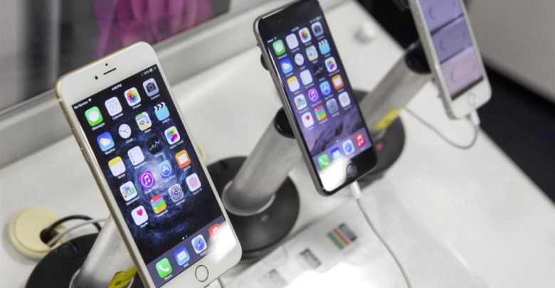 Смартфоны на прилавке магазина
