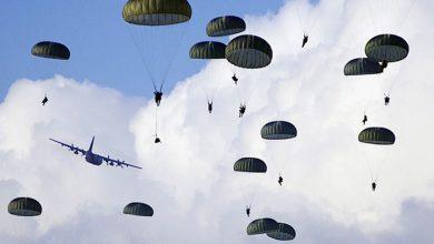 Десантники высаженные летят на парашутах
