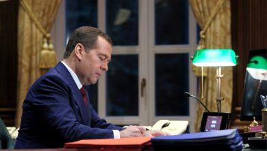 Премьер министр России Дмитрий Медведев в своём рабочем кабинете