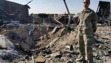 Американский военный напротив воронки оставленной Иранской ракетой