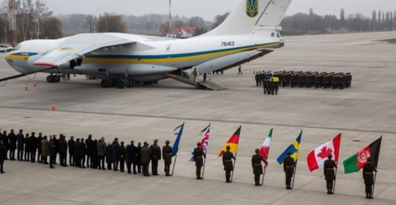 Церемония разгрузки тел в аэропорту Барисполя