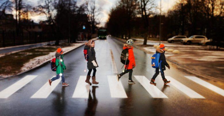 дети переходят дорогу по пешеходному переходу