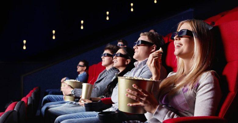 люди смотрят фильм в кино