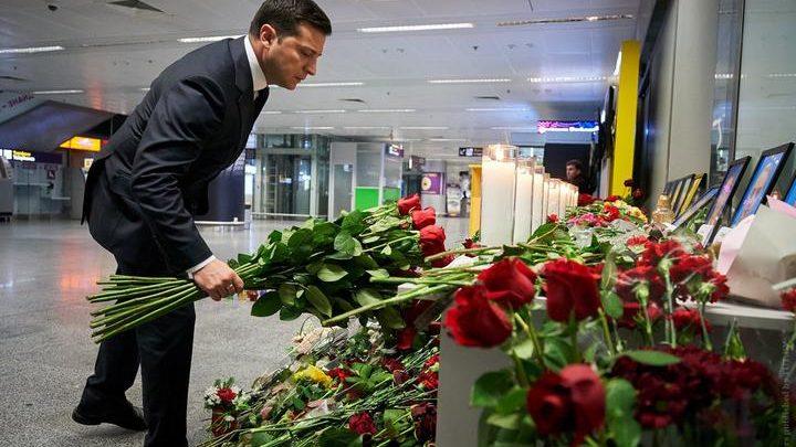Владимир Зеленский возлагает цветы