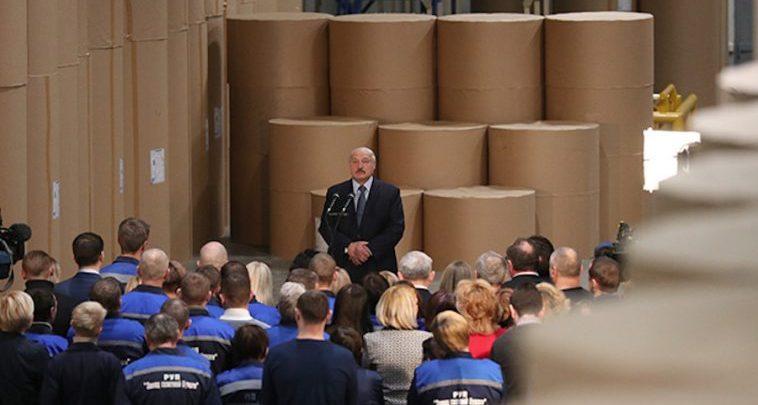 Президент Беларуси выступает перед работниками Светлогорского ЦКК