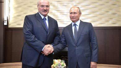 Президент Беларуси и России пожимают друг другу руки в Сочи