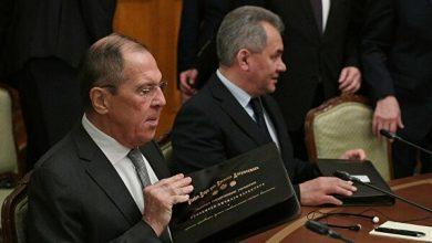 Министр иностранных дел Лавров и министр обороны Шойгу за столом переговоров в Италии