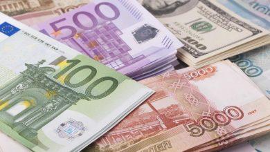 Стопки денежных знаков долар рубль евро