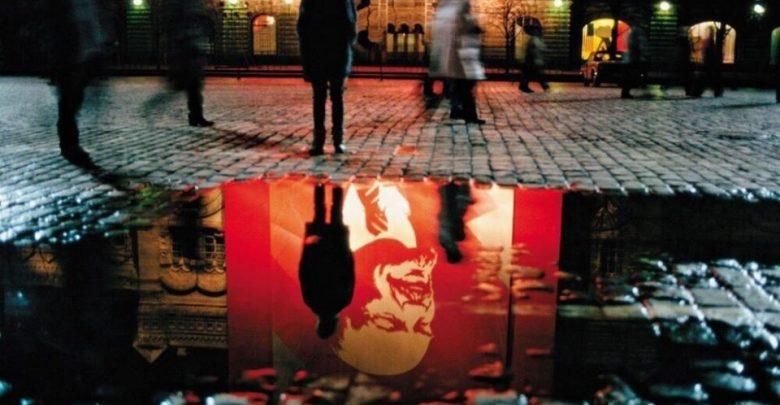 Отражение плаката с Лениным в луже
