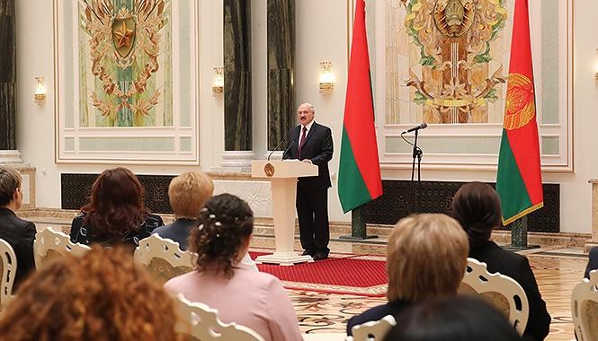 Лукашенко вручает награды