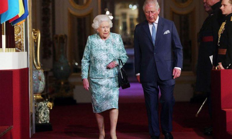 Принц Чарльз и королева Великобритании на красной дорожке
