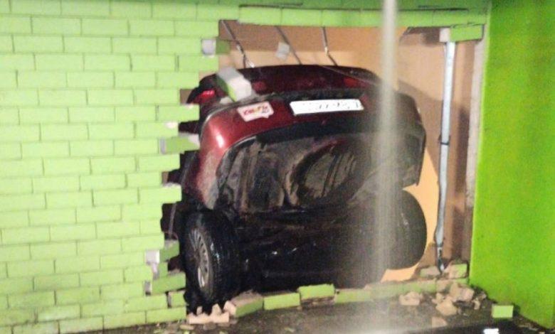 Автомобиль пробил стену на подземной парковке в ТЦ «Арена-Сити»