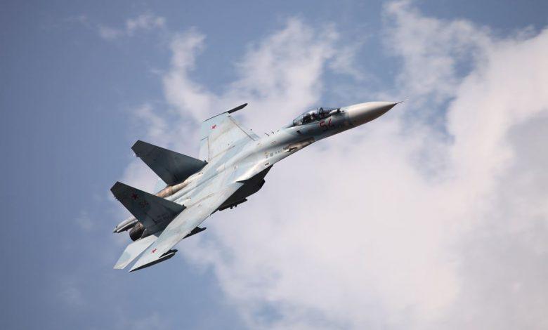российский истребитель Су-27 в небе