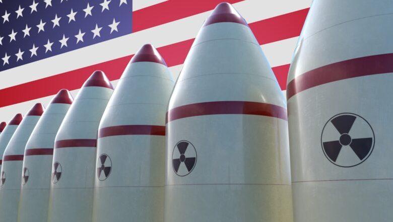 Ядерные ракеты на фоне флага США