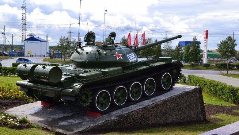 Танк Т-55 на постаменте