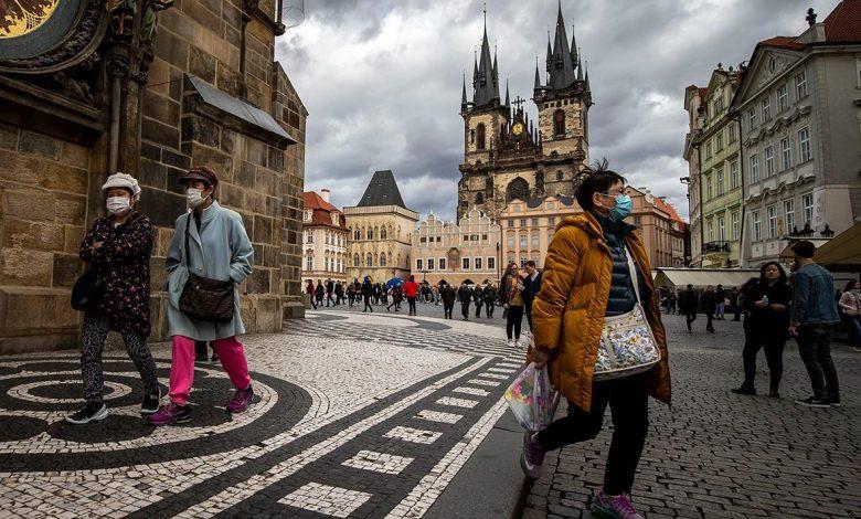 Чехия, Прага, люди в масках в общественных местах