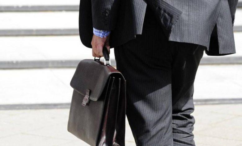 чиновник с портфелем