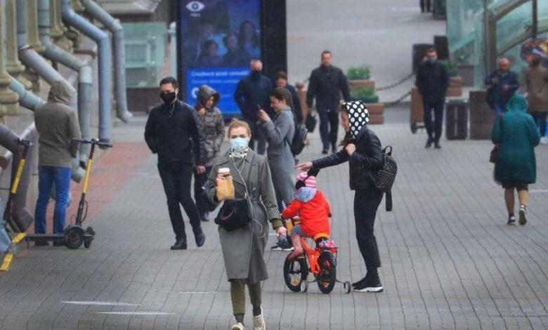 люди на улице в масках, эпидемия коронавируса