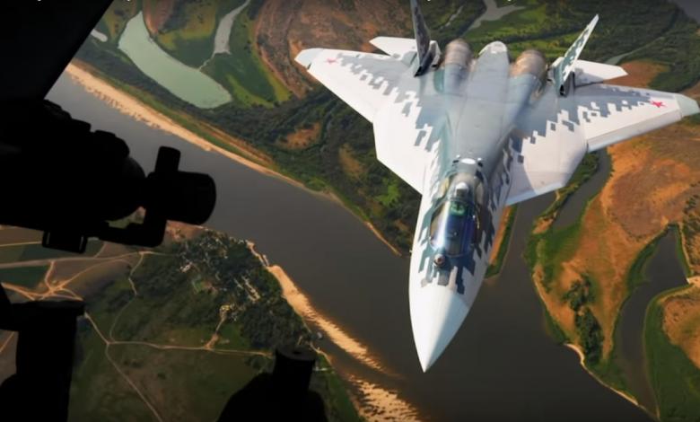Истребитель Су -57 на фоне земли