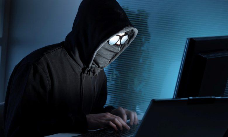 хакер, человек за компьютером, травля в интернете