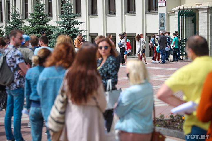 десятки белорусов выстроились в очередь у Дома правительства
