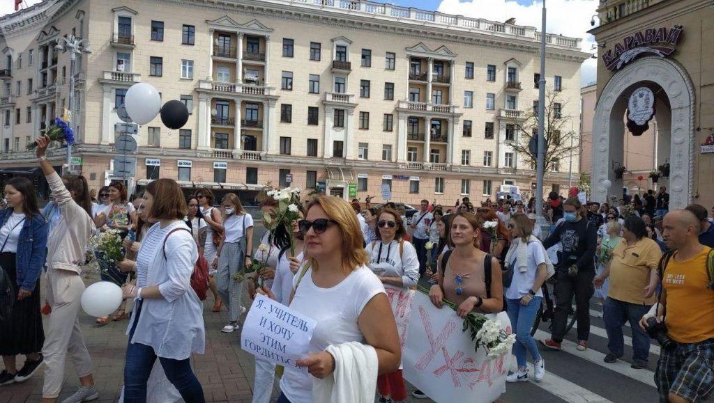 Минские педагоги вышли на улицы с плакатами «Учителя против насилия»